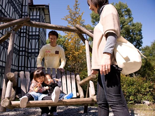 011 中庭の木製ブランコ by ホテルグリーンプラザ軽井沢