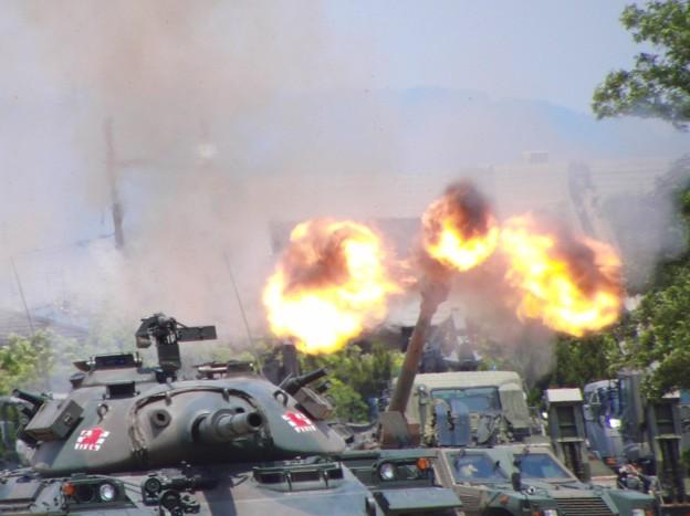 Photos: CIMG7165 大久保駐屯地創立記念行事その8・FH-70の砲炎