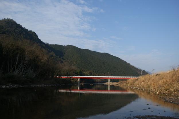 青空と山と赤い橋