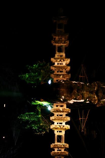 兼六園・瓢池に映る、海石塔ライトアップ