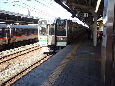 211系(名古屋駅8番線)