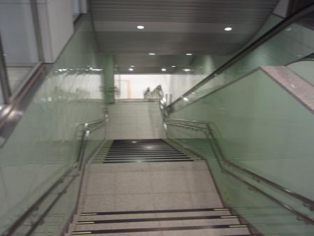 地下鉄中山駅下り階段