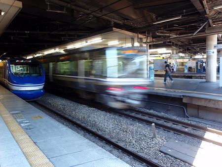 HOT7000系と223系(新大阪駅)