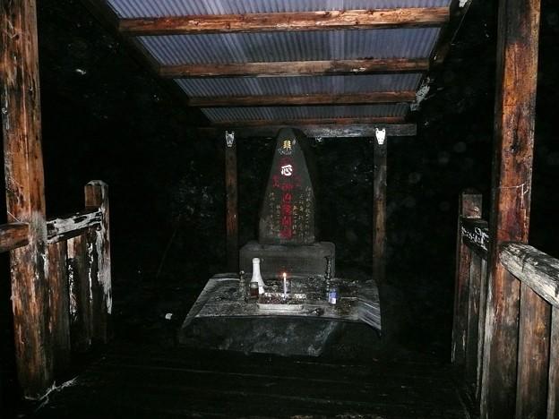 人穴洞穴の石塔