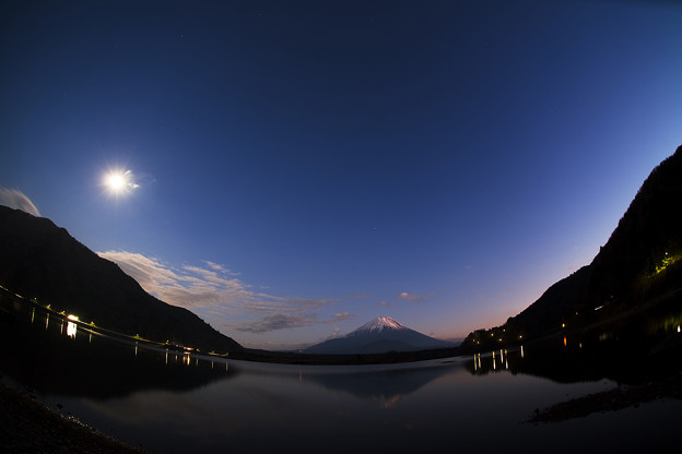 写真: 精進湖からの残照富士…魚眼ヴァージョン