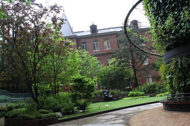 中庭から雨の三菱一号館美術館 4月30日