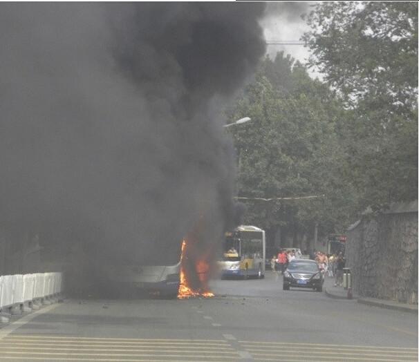 炎上するバス 北京での出来事 (5)