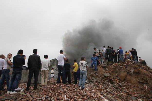 温州で爆発炎上 見物客100人 (2)