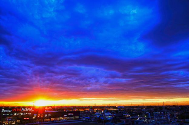 重い雲と夕焼け空