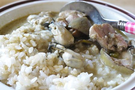 レトルトのグリーンカレーに牡蠣を入れてみた