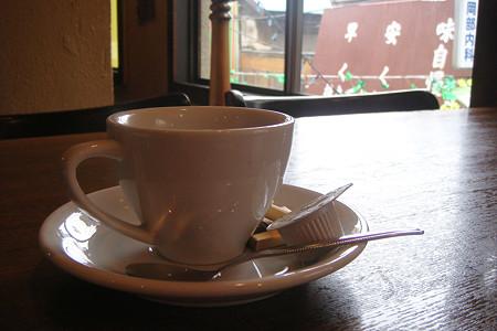 ユニークな眺めの中、食後のコーヒー