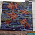 写真: 都営地下鉄新宿線「船堀駅(ふなぼりえき)」の金魚の装飾 さすが金魚の3大産地!