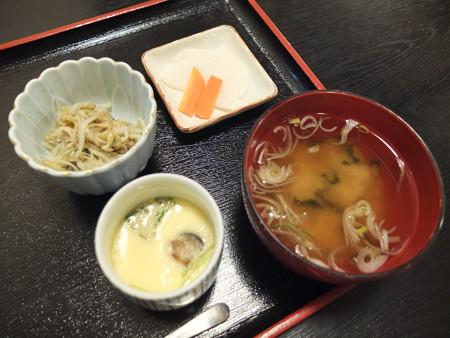 和食処 汐路 ソースかつ丼 副菜の様子