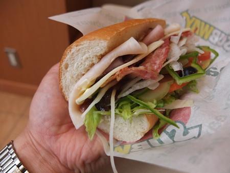 サブウェイ柏崎店 サブウェイクラブ(野菜全増量、マヨネーズ追加、スライスチーズ&ベーコン追加、パンをホワイトに変更) 横から見た図