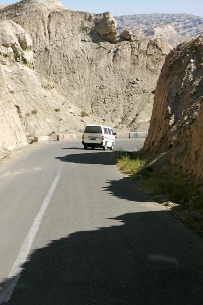 写真: 崖間の山道