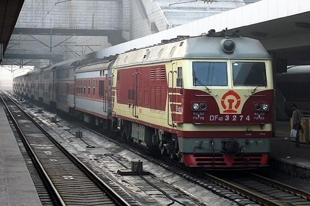 写真: 鄭州駅のプラットホームにて