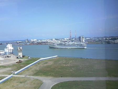 信濃川河口を進む佐渡汽船(1)