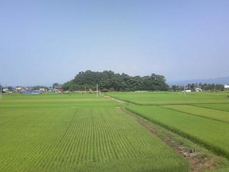 阿賀野川堤防から高森の丘を見る