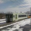 写真: 米坂線小国駅に入線する列車