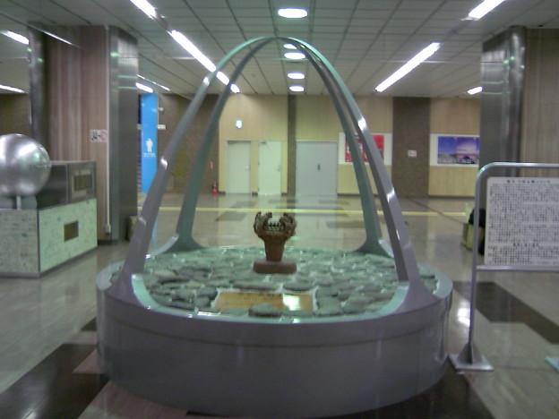 写真: 火焔式土器-JR長岡駅