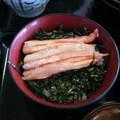 写真: 三色丼の中のカニめし