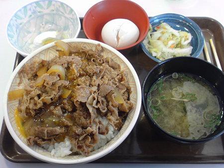 すき家 大盛り牛丼+みそ汁・卵・漬物セット