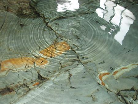 赤倉温泉あべ旅館岩風呂下から湯が
