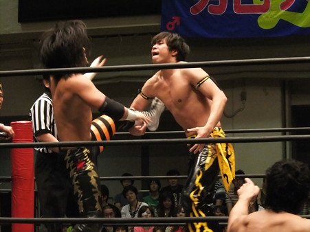 """DDT """"What are you doing 2012"""" KO-Dタッグ選手権試合 KUDO&大石真翔vsマサ高梨&佐々木大輔 (1)"""