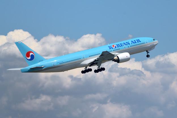 青空と青い機体と雲
