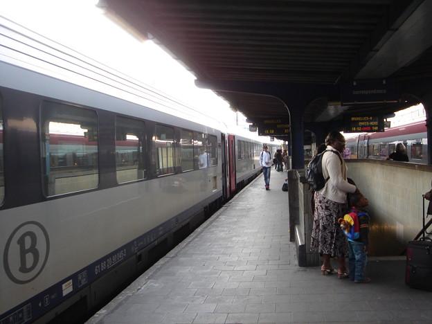 Thalysの向かい側にはローカル列車が
