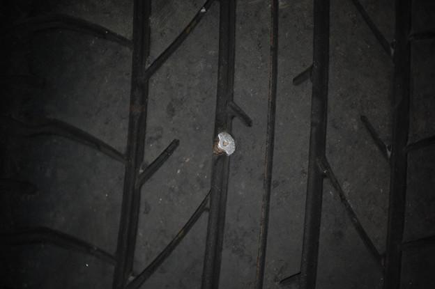 タイヤに木ネジが刺さってた