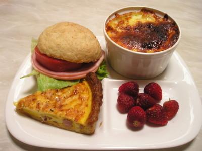 サンドイッチとキッシュと芋と苺の昼ごはん