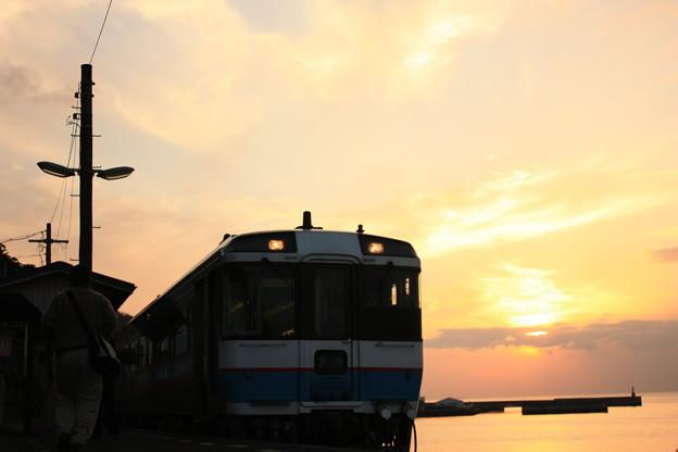 予讃線下灘駅の夕焼けと電車