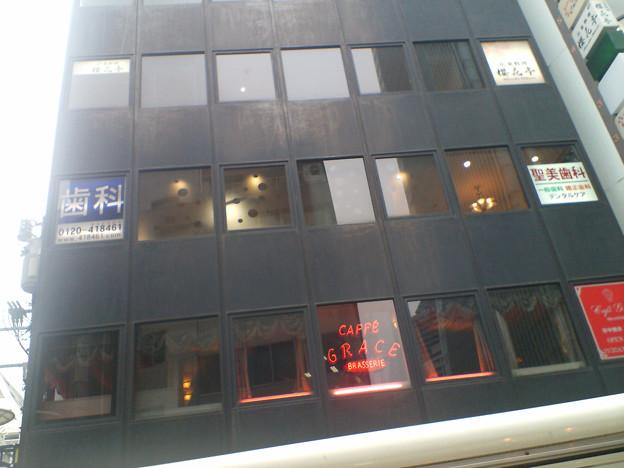 サカス前のビル窓サイン【参考】