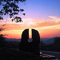 写真: 千光湧水モニュメントから西の夕焼け空を望む