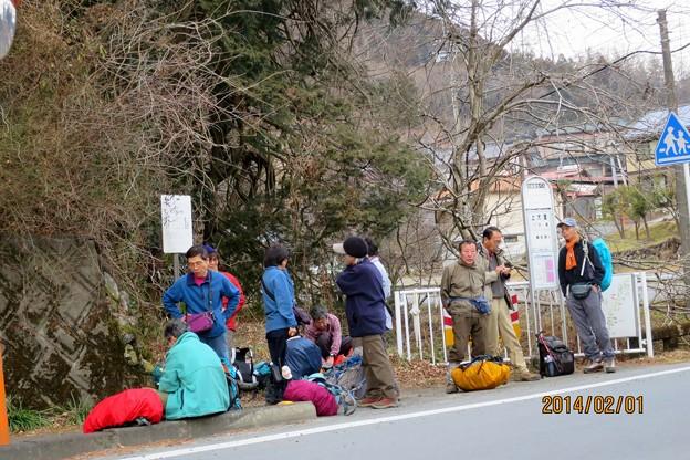 上大満バス停でバス待ちする(16:17)