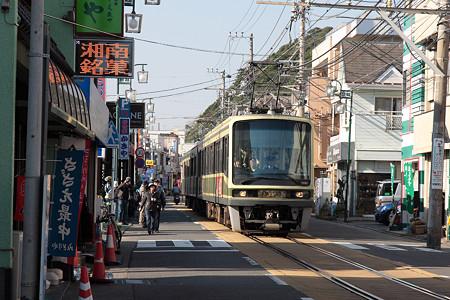 江ノ電(腰越の商店街)