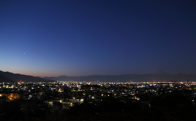 夜明け前の甲府から富士山