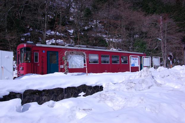 駅は雪に埋もれてました