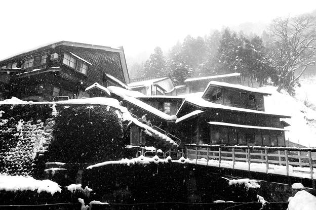 雪降る地獄谷温泉郷・・・