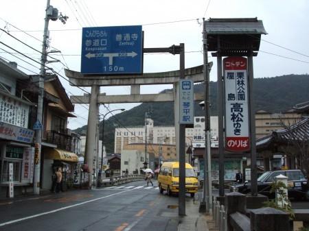 琴電乗場に向かう途中 右側に止まっているタクシーの辺りが琴電琴平駅