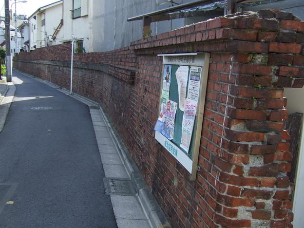 あらかわ遊園近くの煉瓦塀(2007/4)