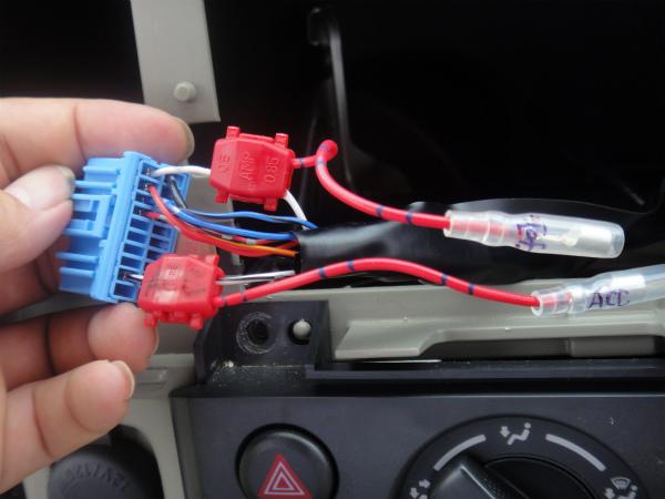 既存線を挟み込んでプライヤーで閉じれば配線完了