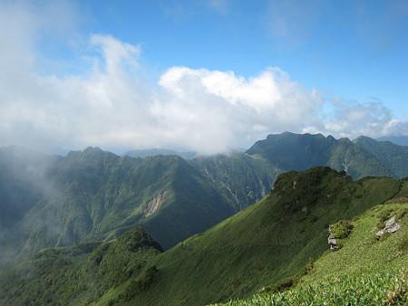 寒風山山頂から望む伊予富士方面に続く稜線