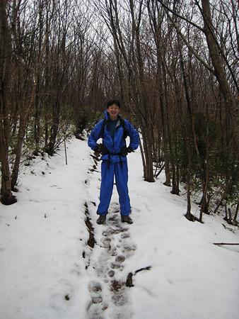 雪に覆われた登山道と自分